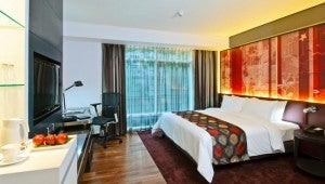 A modern king deluxe room at the Park Plaza Bangkok Soi 18.
