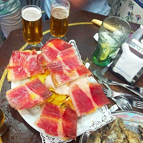 Dos cañas y un canape de  jamon. Two small beers and some Iberian ham on bread.