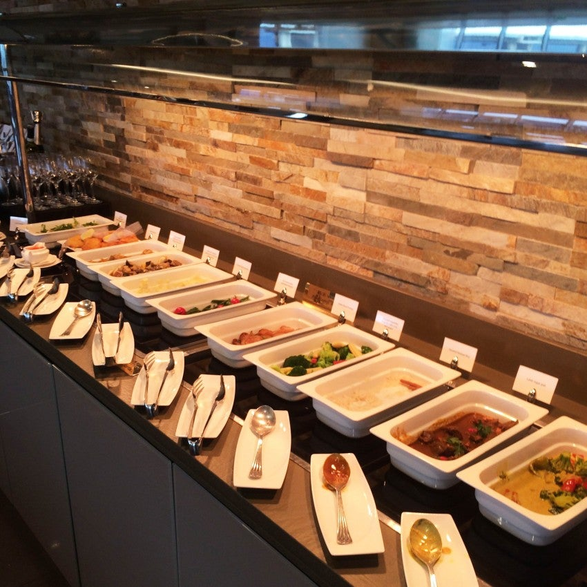 The Emirates lounge in Milan had a whole array of tasty, healthy food options