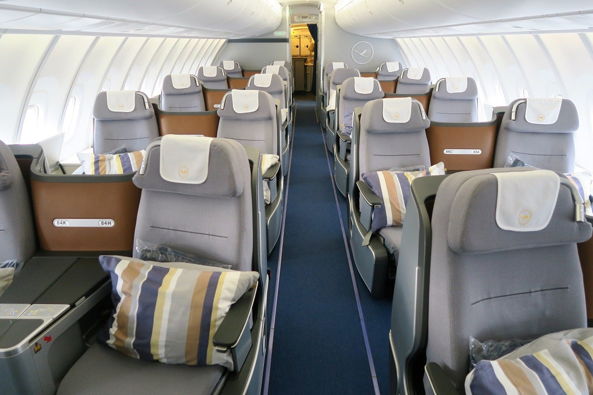 flight review lufthansa 747 8 business dc to frankfurt. Black Bedroom Furniture Sets. Home Design Ideas